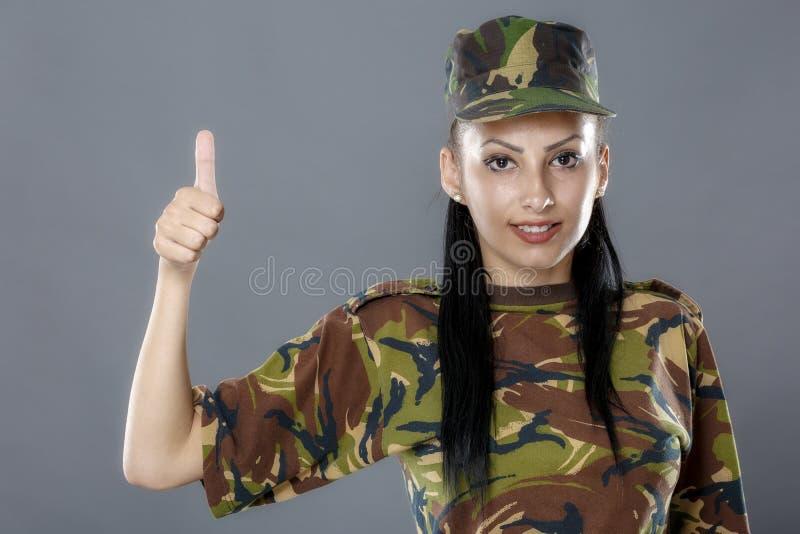 Le soldat dans l'uniforme de camouflage semble le signe correct photographie stock libre de droits