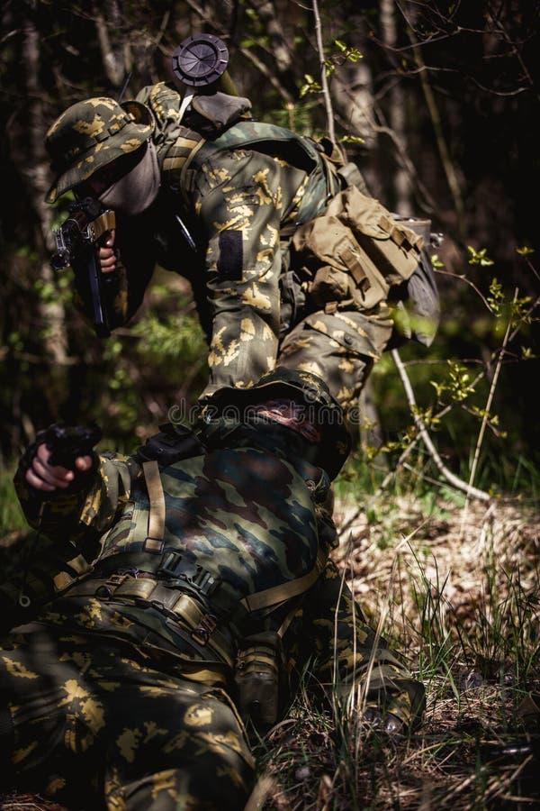 Le soldat enregistre son camarade dans la bataille photos libres de droits