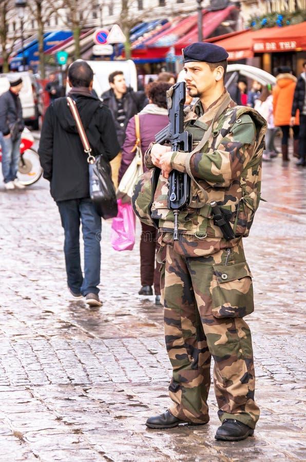 Le soldat français dans l'uniforme est près de Notre Dame de Paris image libre de droits