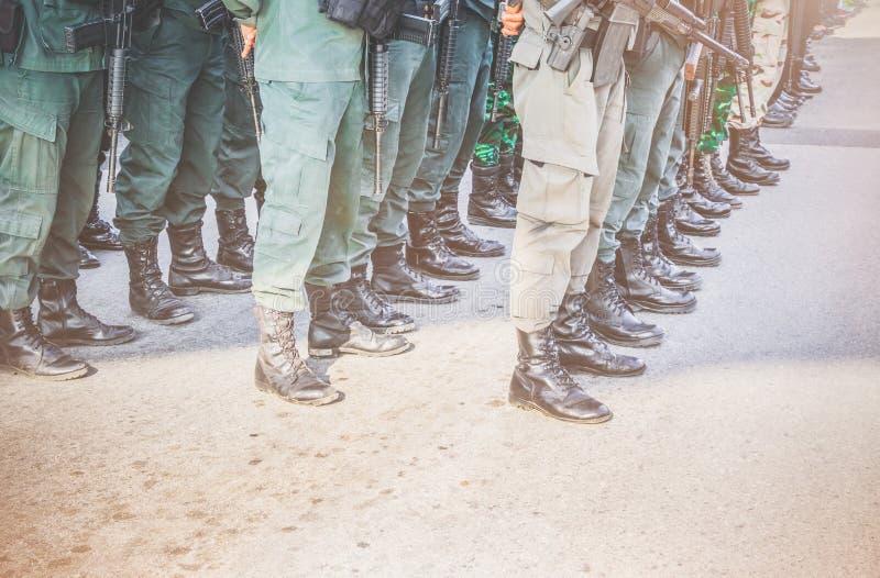 Le soldat, position de commando, se préparent à la protection dans l'arme à feu de rangée et de prise à disposition ton de style  photographie stock libre de droits