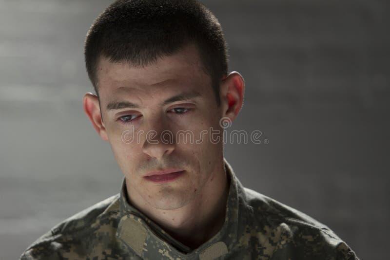 Le soldat semble triste et vers le bas, horizontal photos stock