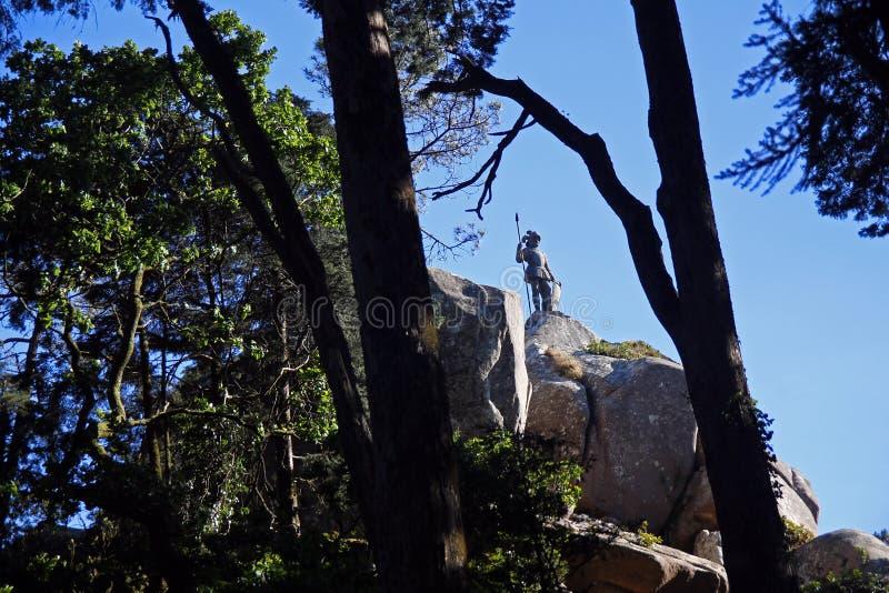 Le soldat sur la roche dans les bois image libre de droits