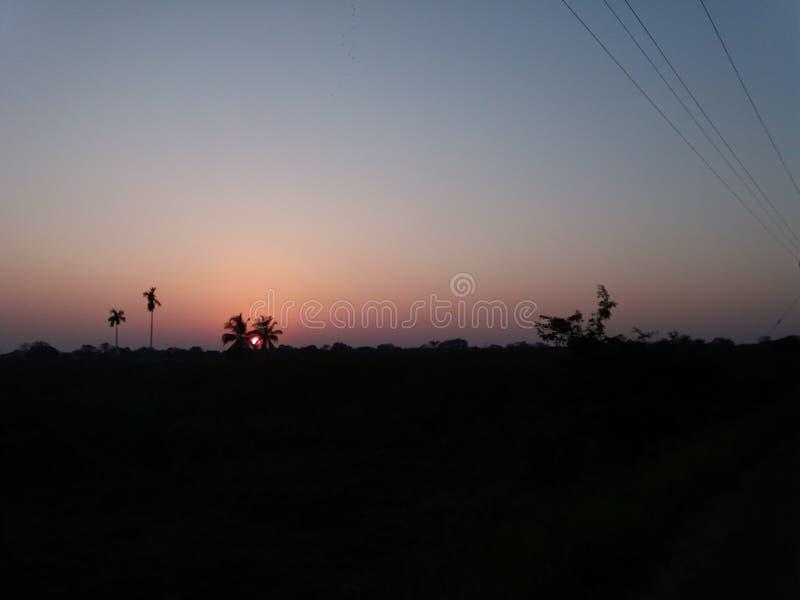 Le soleil égalisant et le ciel nocturne sombre photo libre de droits