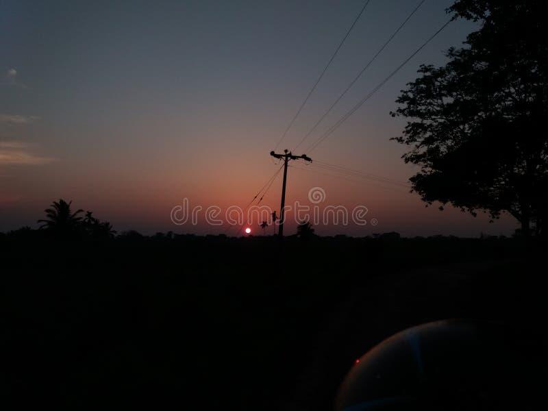 Le soleil égalisant et le ciel nocturne sombre images libres de droits