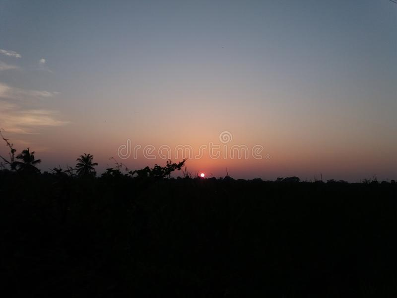 Le soleil égalisant et le ciel nocturne sombre images stock