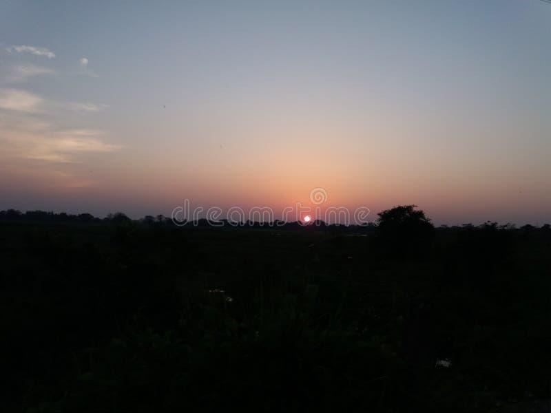 Le soleil égalisant et le ciel nocturne sombre photographie stock