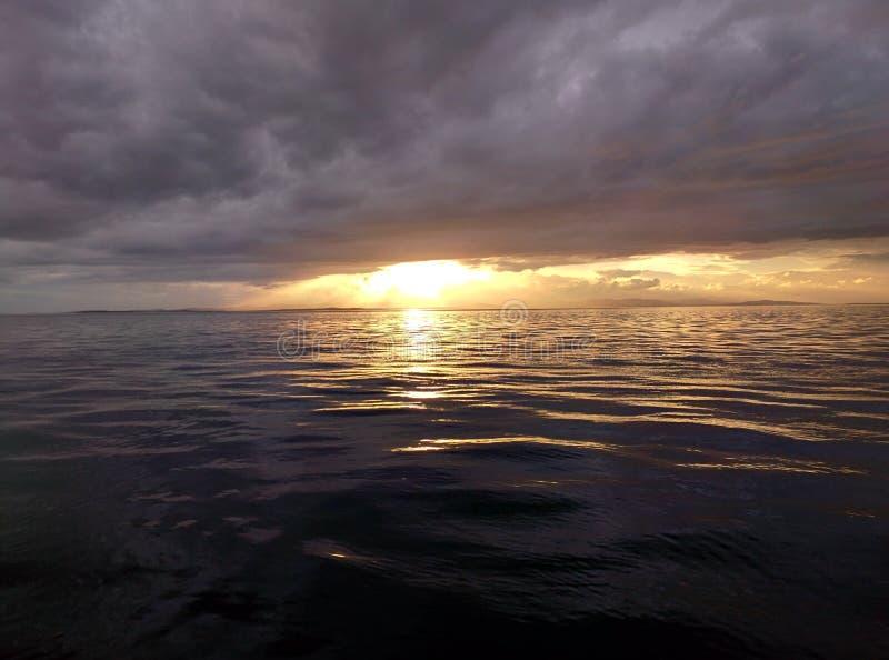 Le soleil émerge photographie stock