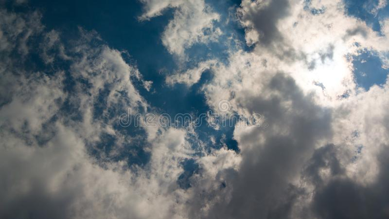 Le soleil étant partiellement éclipsé image libre de droits