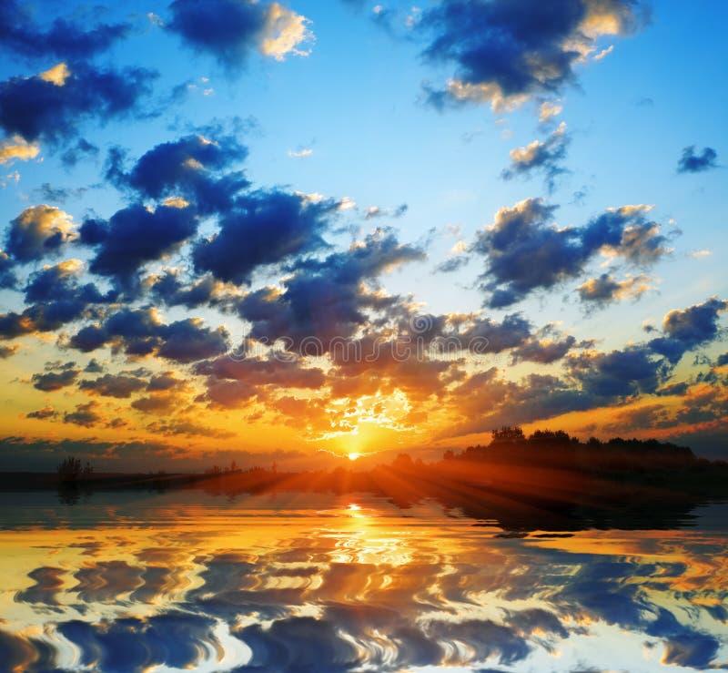 Le soleil ardent d'aube photographie stock