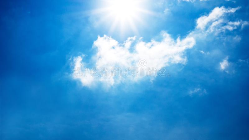Le soleil brillant dans le ciel bleu et le nuage photos libres de droits