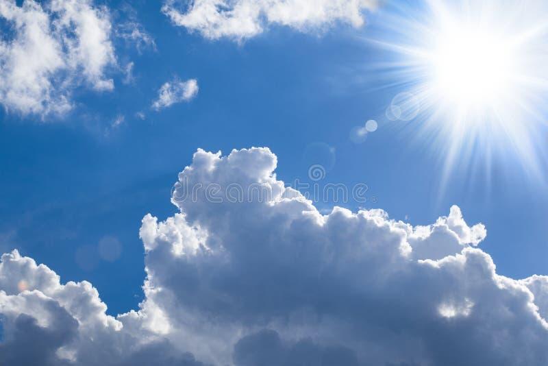 Le soleil brillant - nuages lumineux image libre de droits
