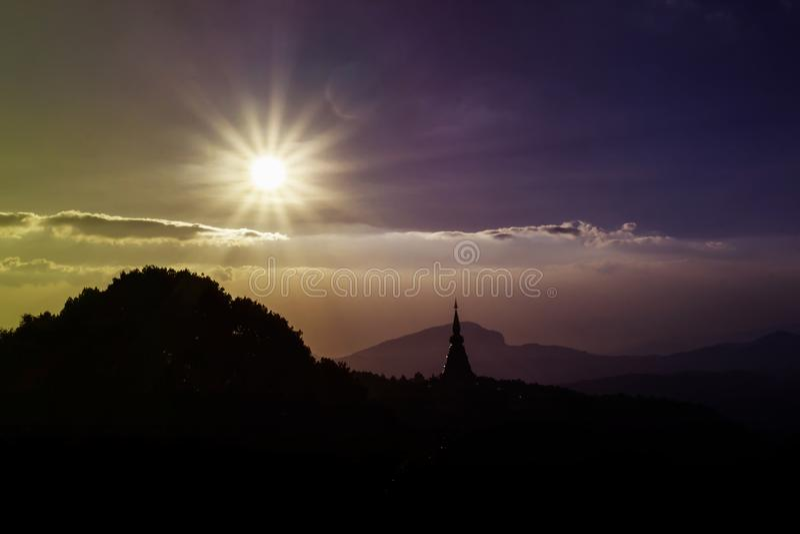 Le soleil brillant sur le ciel large avec l'ombre vide de l'espace et de silhouette du temple et l'arbre en montagne sous le ciel images libres de droits