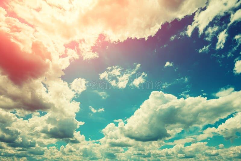 Le soleil brille par les nuages photographie stock