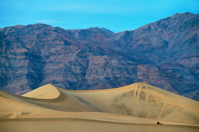 Le soleil chaud se lève sur les dunes de sable, Death Valley photographie stock