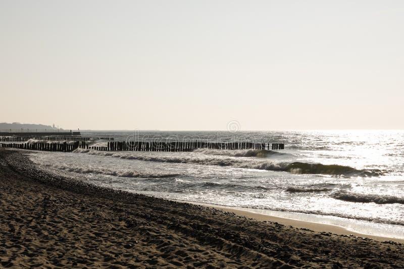 Le soleil commence lentement à placer au-dessus de la plage photos stock