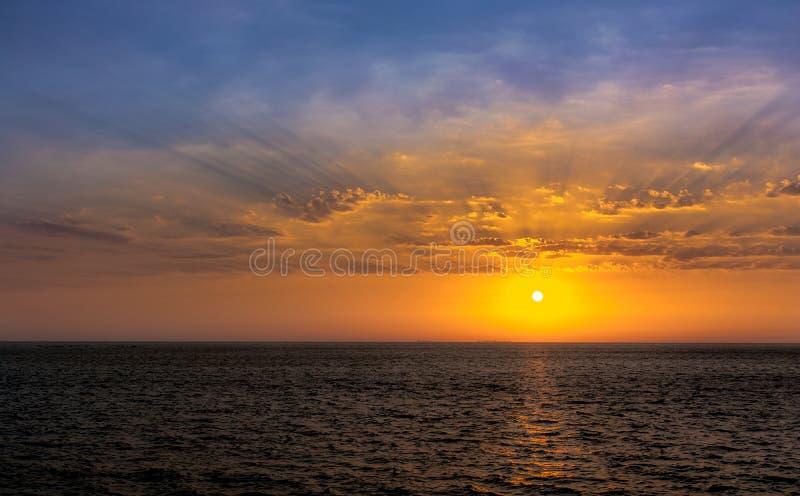 Le soleil d'été place outre de la côte de Mumbai photo stock