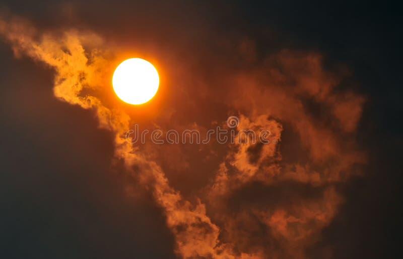 Le soleil dans les nuages image stock