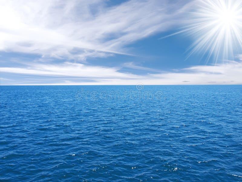 le soleil de ciel opacifie l'eau images libres de droits