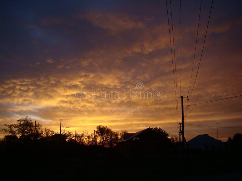 Le soleil de début de la matinée au-dessus des bâtiments, le feu dans le ciel photo libre de droits
