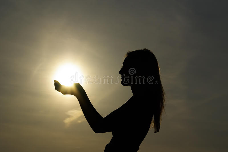 Le soleil de fixation de fille photos libres de droits