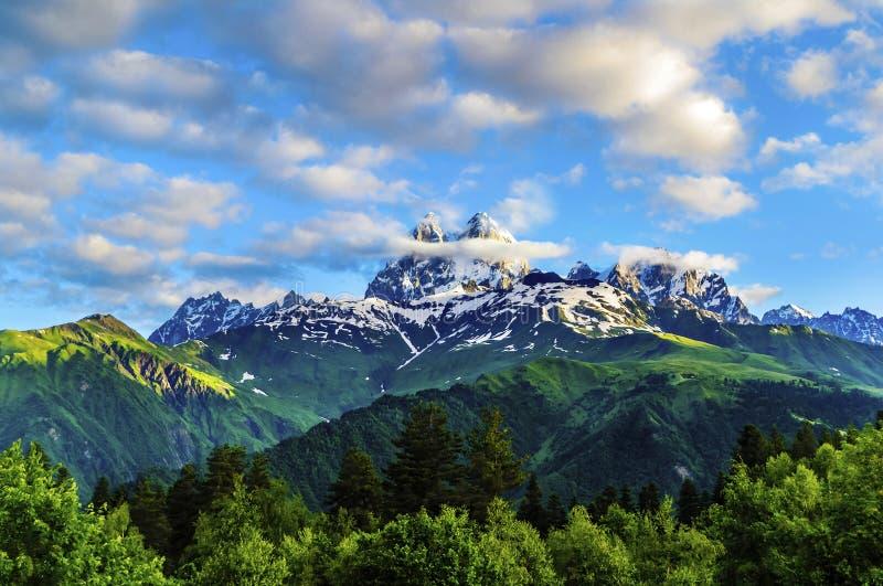 Le soleil de matin brille sur le mur de roche Montagne Ushba image libre de droits