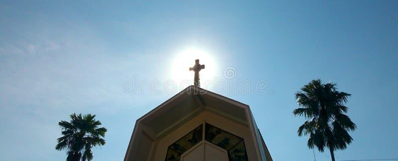 le soleil de matin caché derrière le clocher d'église photographie stock libre de droits