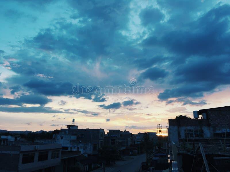 Le soleil de matin dore le ciel image stock