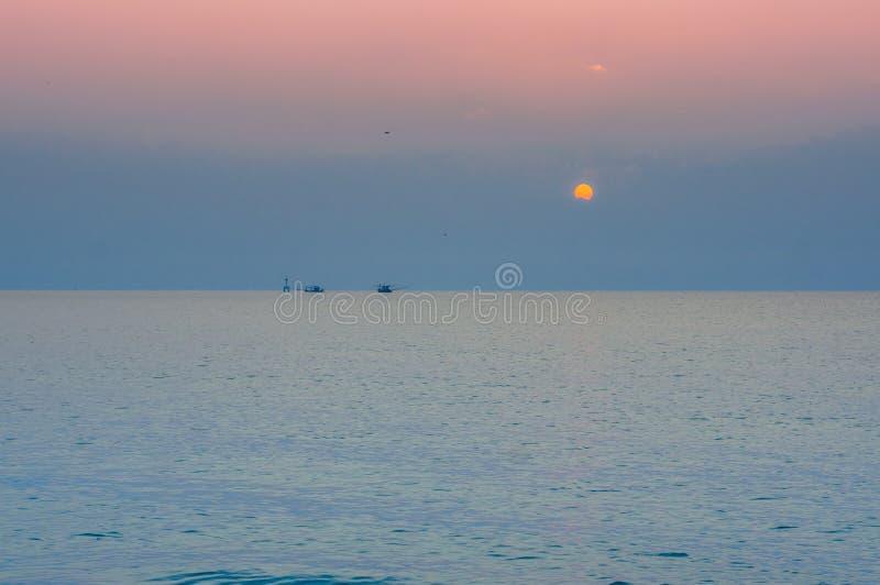 Le soleil de matin se lève au-dessus de la mer image stock