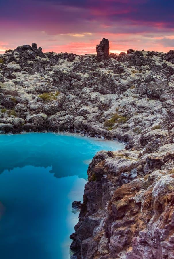 Le soleil de minuit au-dessus de la lagune bleue, Islande photographie stock