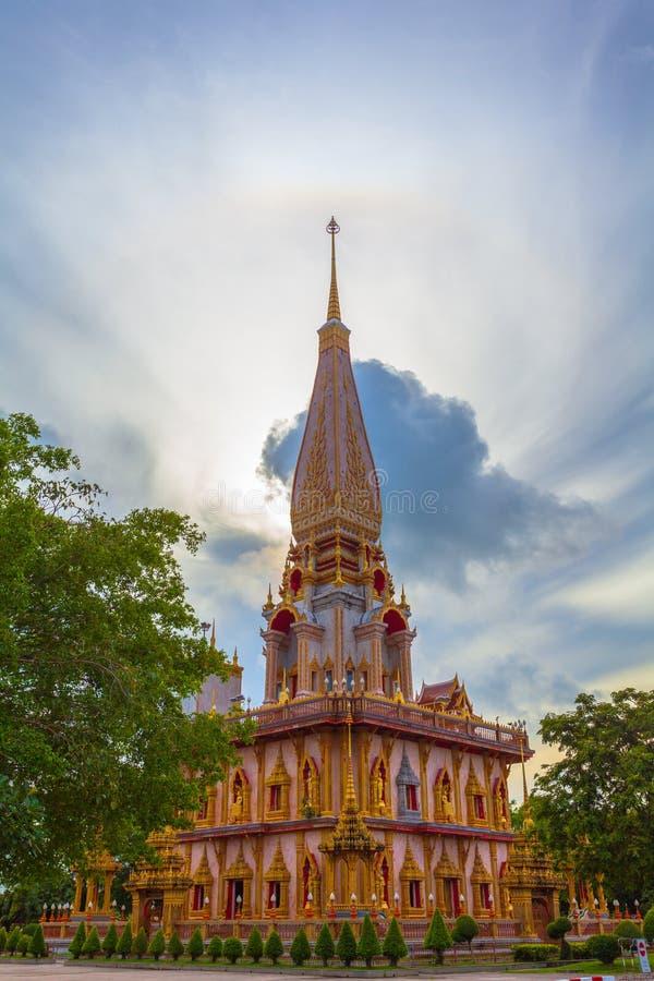 le soleil de phénomène naturel balance en cercle au-dessus de temple de Chalong photographie stock libre de droits