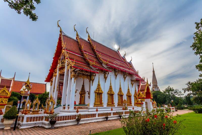 le soleil de phénomène naturel balance en cercle au-dessus de temple de Chalong images stock