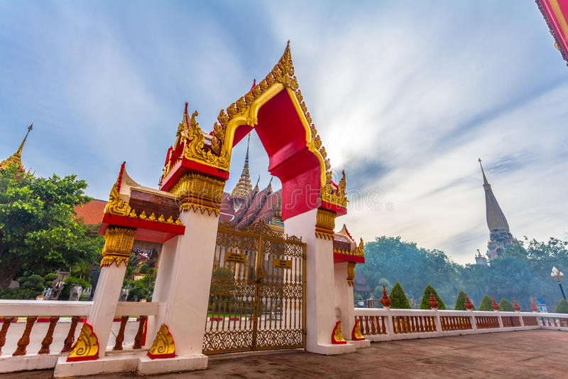 le soleil de phénomène naturel balance en cercle au-dessus de temple de Chalong photo libre de droits