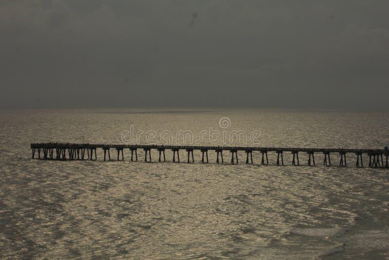 Le soleil de plage plaçant le pilier nuageux du Golfe du Mexique photo stock