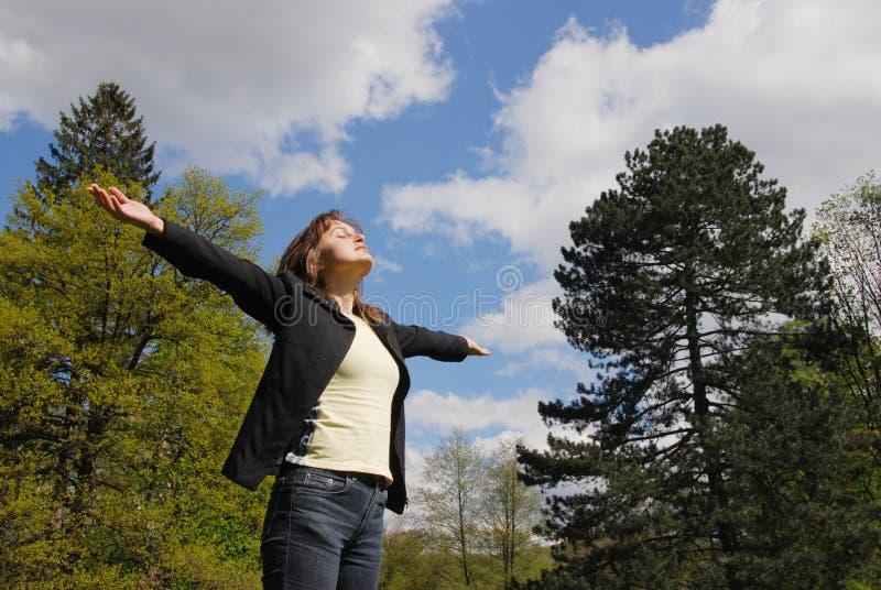 Le soleil de salutation - apprécier la durée image libre de droits