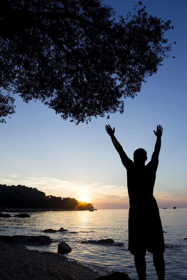 Le soleil de salutation d'homme à la Mer Adriatique photo stock