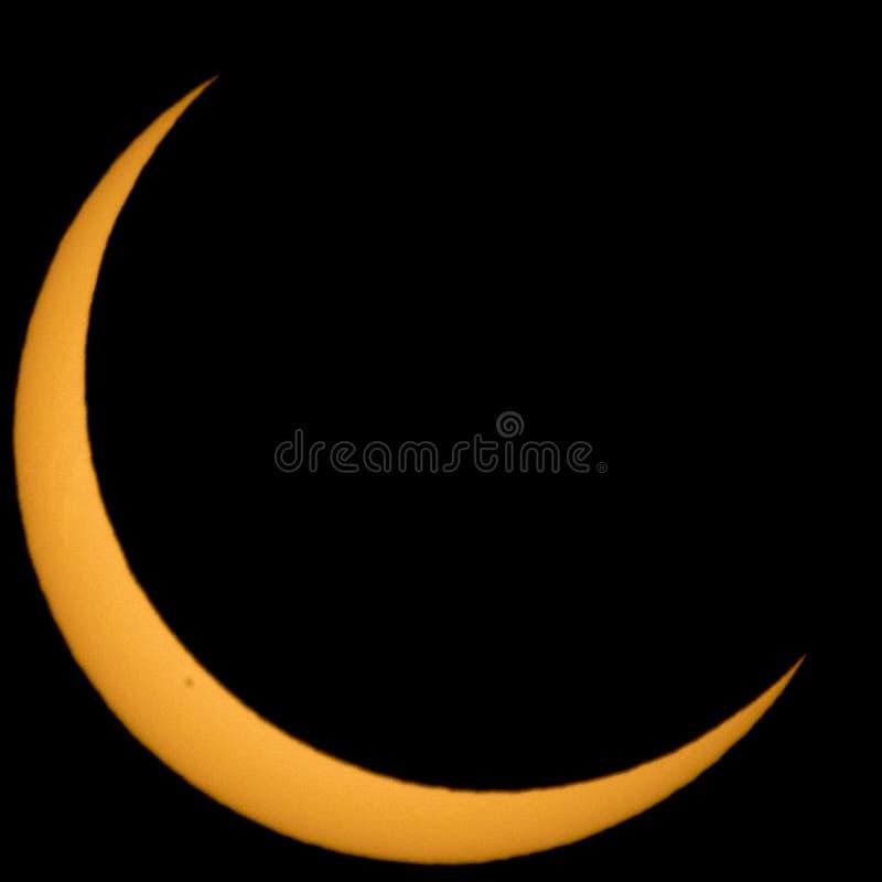 Le soleil en croissant pendant une éclipse solaire photographie stock libre de droits
