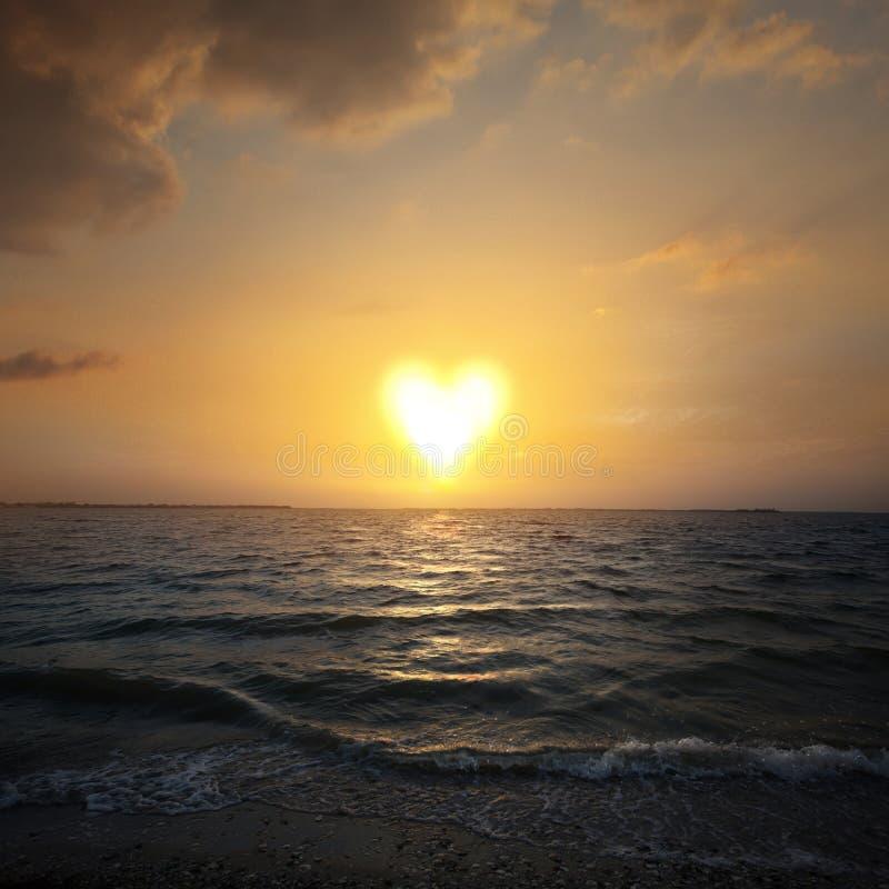 Le soleil en forme de coeur image libre de droits