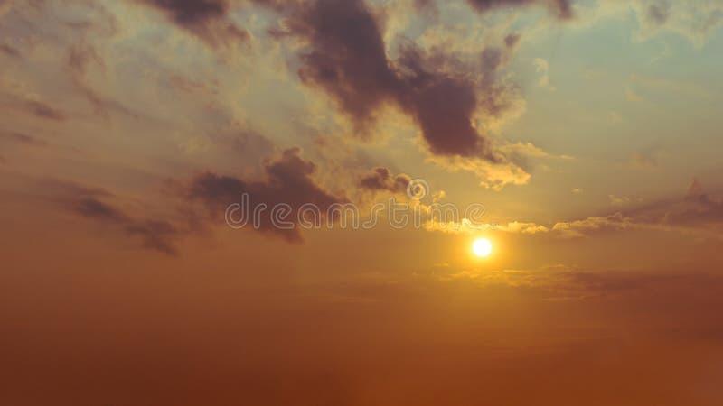 Le soleil est brillant dans le ciel et les nuages photographie stock libre de droits