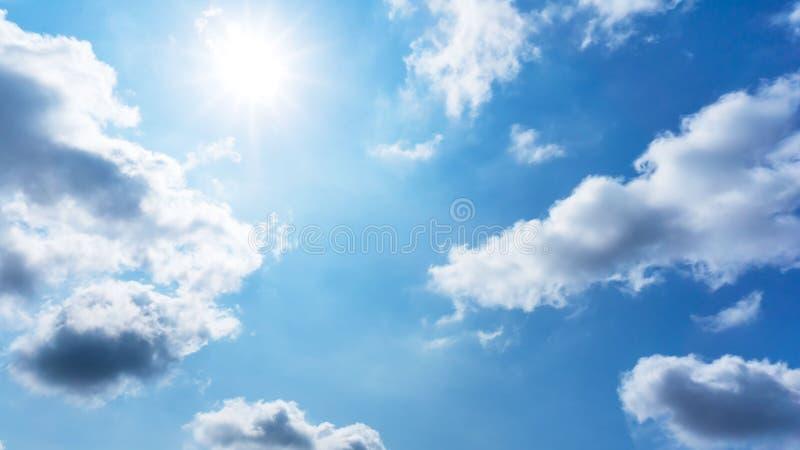 Le soleil est brillant sur le ciel bleu et les cumulus photographie stock