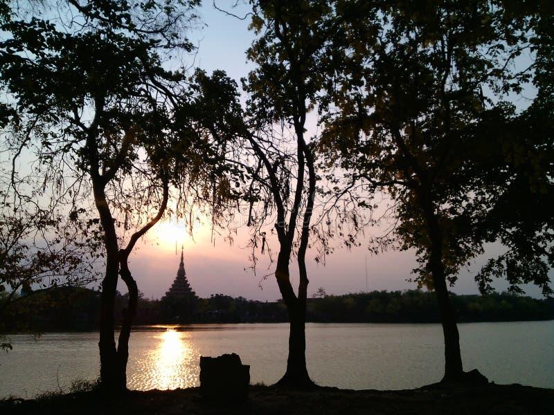 Le soleil et le lac image stock