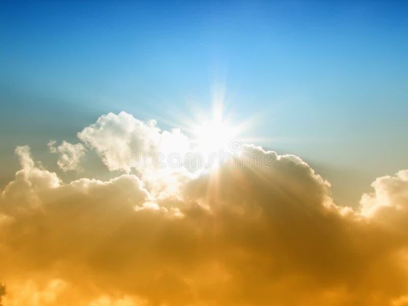 Le soleil et les nuages photos stock