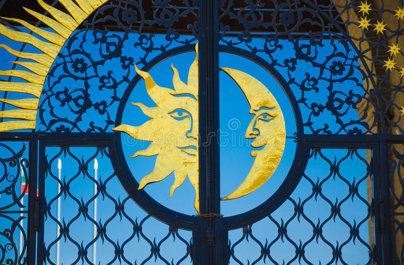 Le soleil et lune d'or sur la porte de fer image stock