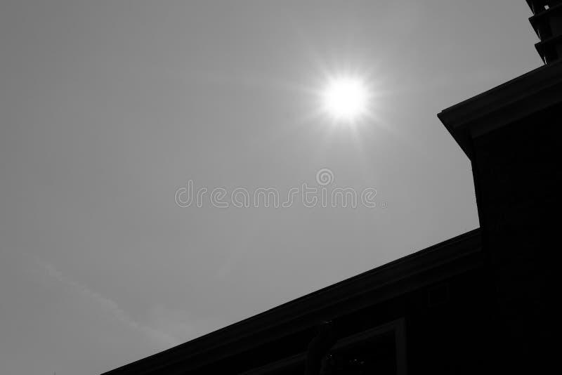 le soleil et silhouette du bâtiment moderne image libre de droits