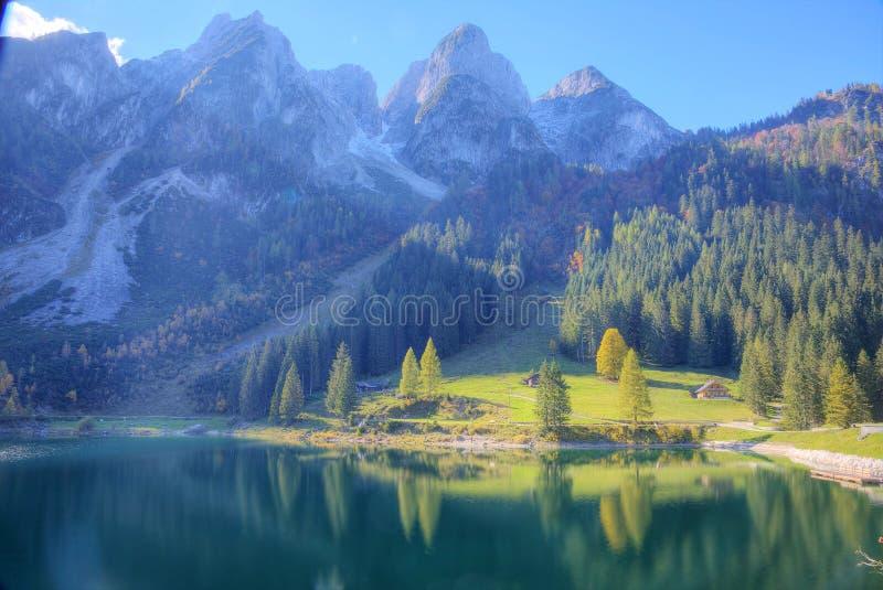 Le soleil fantastique d'automne s'allume sur le lac Gosausee de montagne images stock