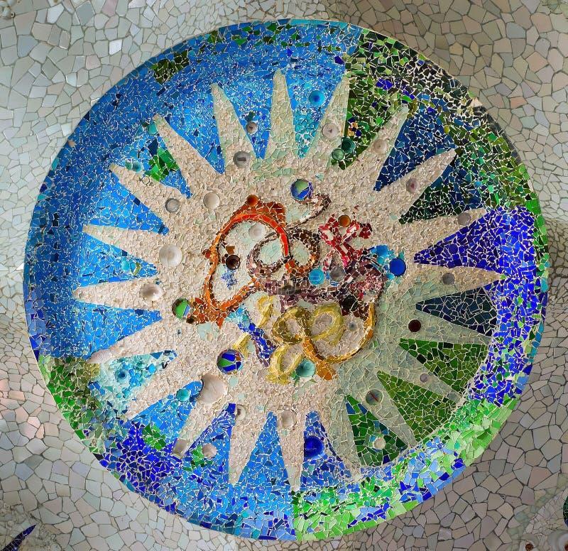 Le soleil fleuri de plafond de mosaïque. Point de repère de Barcelone, Espagne. photos libres de droits