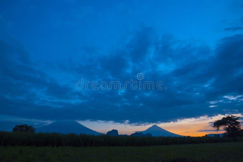 Le soleil ?galisant dramatique sur la route et le volcan au Guatemala, Am?rique Centrale photographie stock