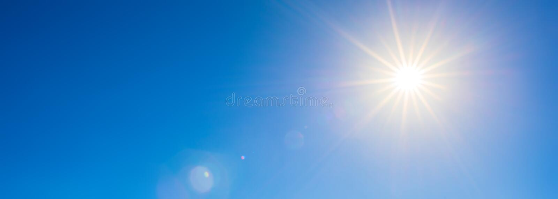 Le soleil lumineux sur le ciel bleu image libre de droits