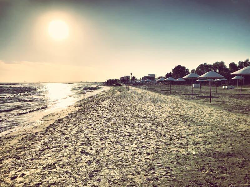 Le soleil naissant, une mer et a photo stock