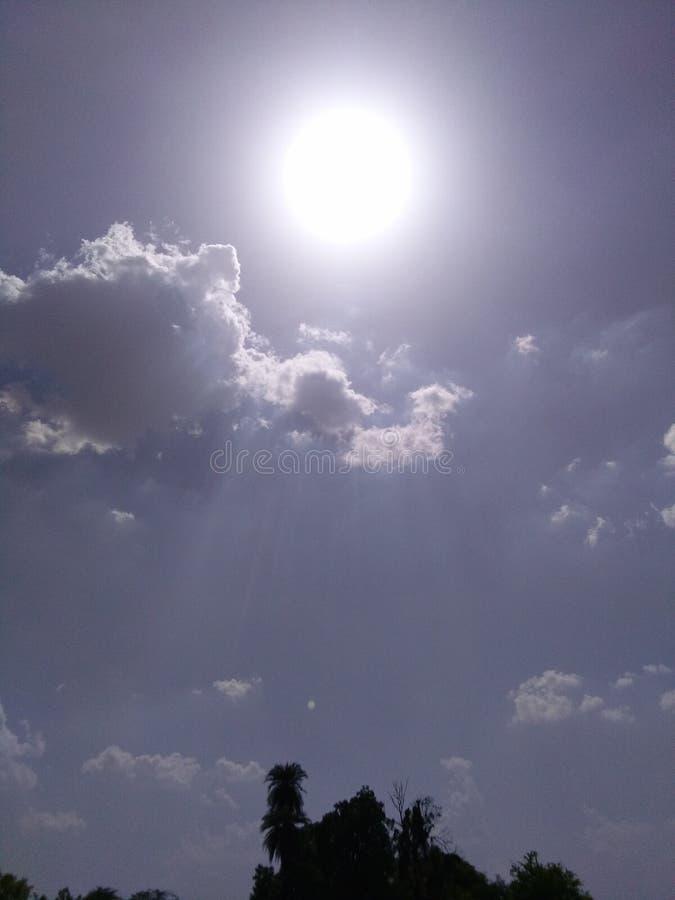 Le soleil nuageux images libres de droits