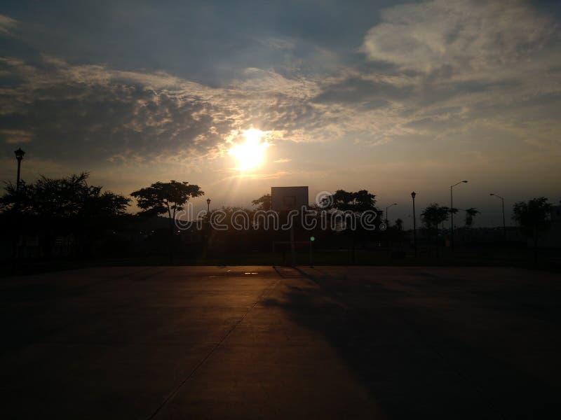 Le soleil peignant la terre photo stock
